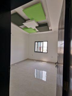 للايجار شقة في بناية جديده بها مصعد تتكون من غرفتين وصاله كبيره وحمامين